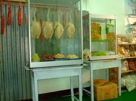 ภาพตู้ร้านข้าวมันไก่ ตอนจัดวางไก่ปลอมใส่ตู้ขนาด 28 นิ้ว สามารถแขวนไก่ปลอมได้ 4 ตัว